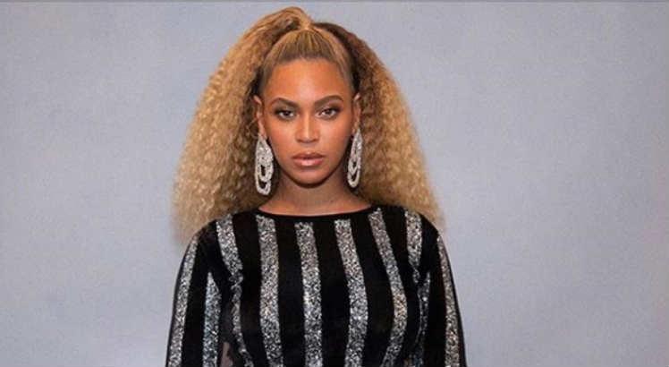 Cantora Beyoncé com cabelo natural
